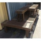 banco de madeira que vira mesa na Vila Leopoldina
