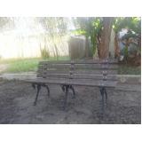 bancos de jardins em madeiras e ferro fundido na Vila Anastácio
