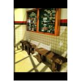 bancos de madeiras que vira mesa na Vila Clementino