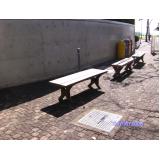 cadeiras e mesa de madeiras plásticas na Cidade Jardim