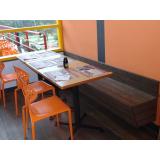 mesas e cadeiras de madeira plástica na Água Rasa