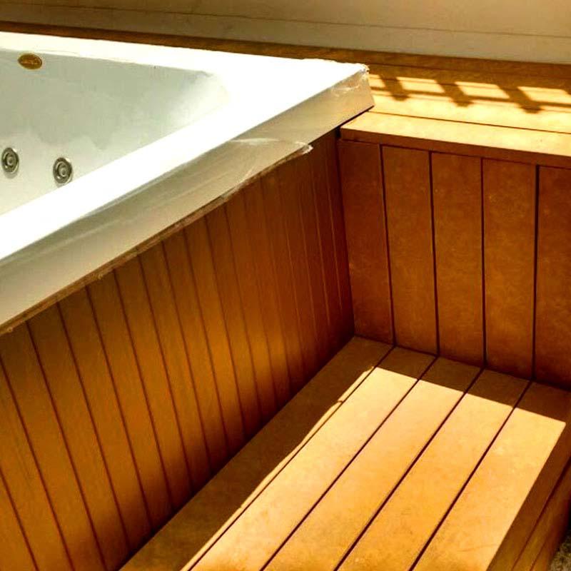 Deck elevado em Madeira Plástica Rewood cor Canyon linha Rustik com réguas de 10cm